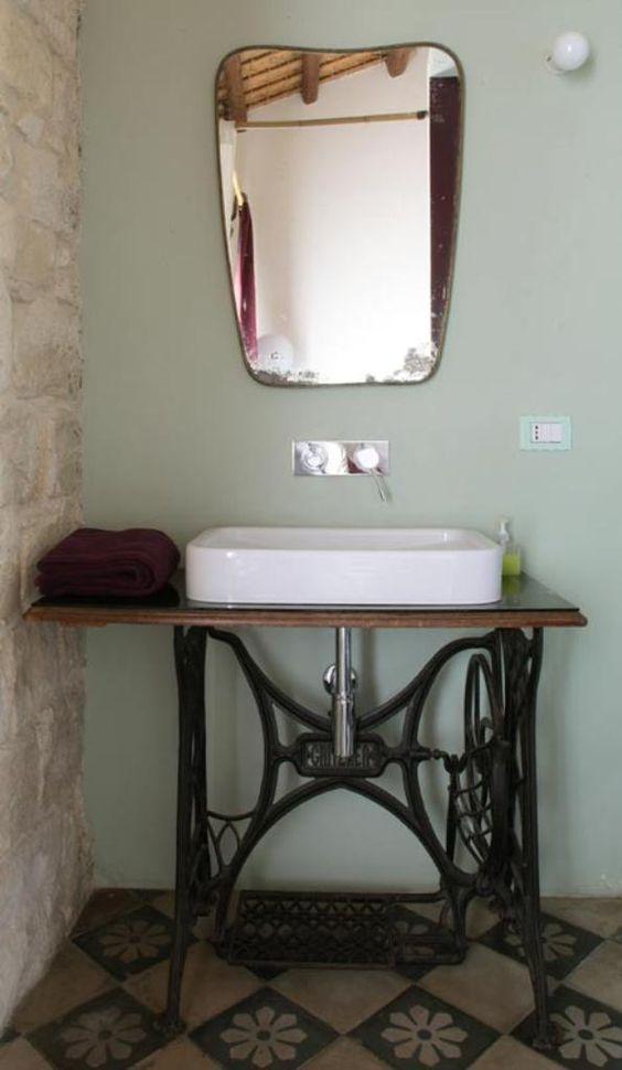 Já o pé da máquina de costura ganhou um lugar de destaque na reforma do banheiro como apoio para a cuba .