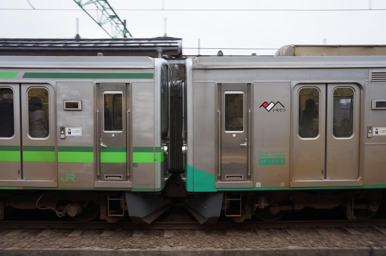 高田駅を発車するえちごトキめき鉄道ET127系