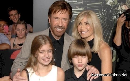 Chuck Norris cristiano y su familia