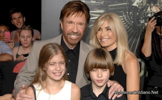 Chuck Norris cristiano y junto a su familia