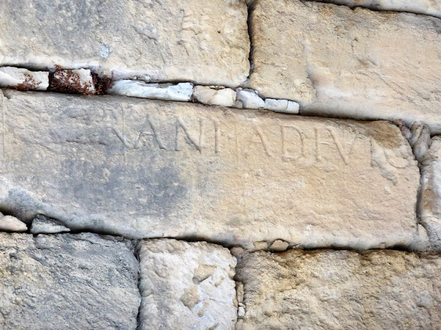 Anfiteatro de Tarragona, detalle piedra grabada