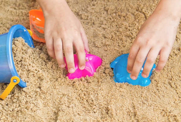 DIY KINETIC SAND (Only 3 ingredients!!) #kineticsand #kineticsanddiy #howtomakekineticsand #recipeforkids #recipeforkineticsand #growingajeweledrose