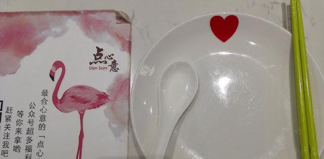 フラミンゴの絵とハートマークのお皿