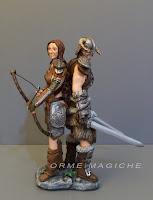 statuetta coppia di guerrieri innamorati combattenti sposini rievocazioni storiche orme magiche
