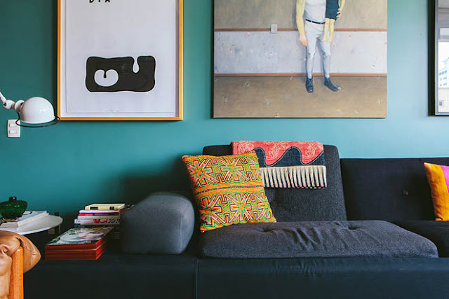 mur peint en bleu sarcelle bleu canard et décoration bohème