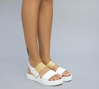 sandale albe de vara cu talpa groasa si barete aurii la moda in 2017
