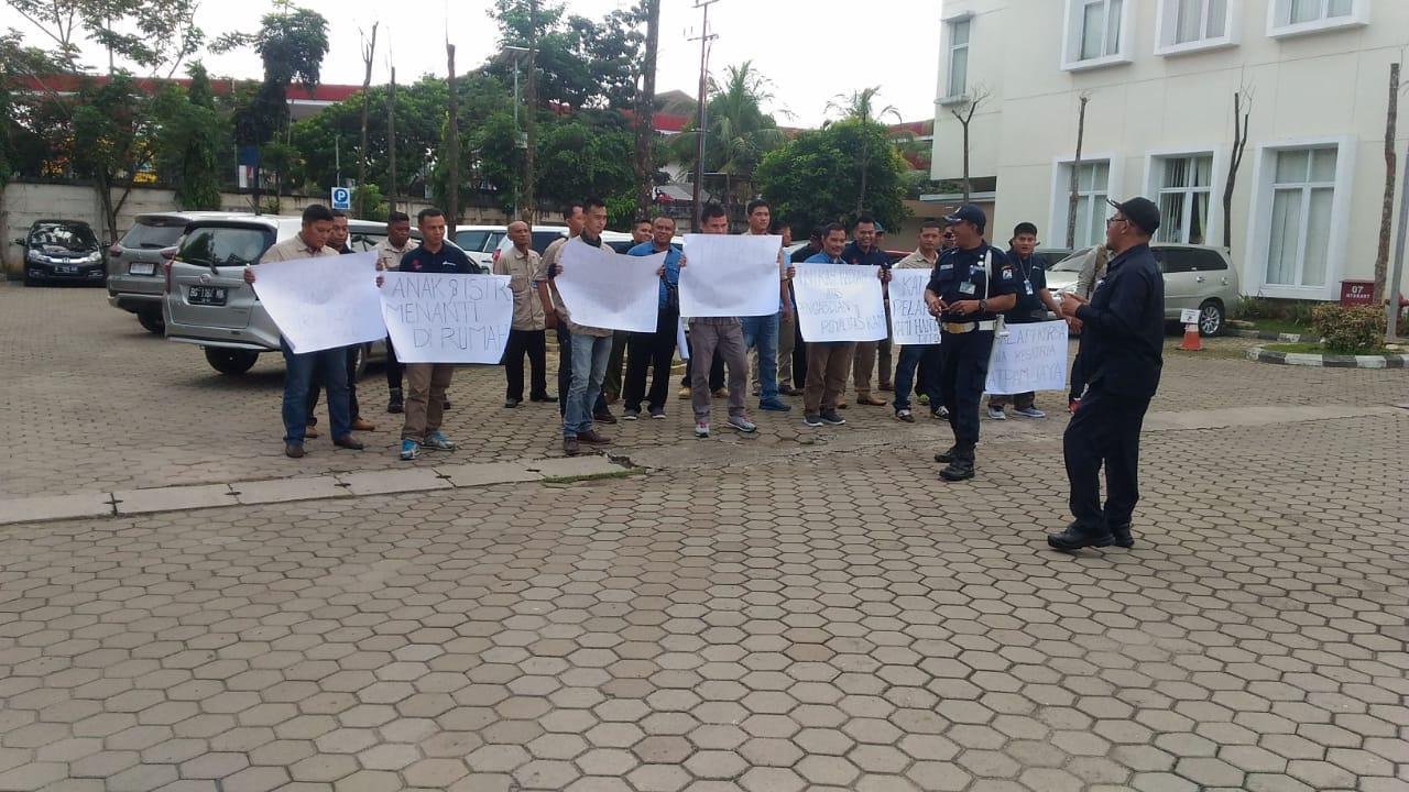 Puluhan Security Dipecat Massal Demo Krsumselcom
