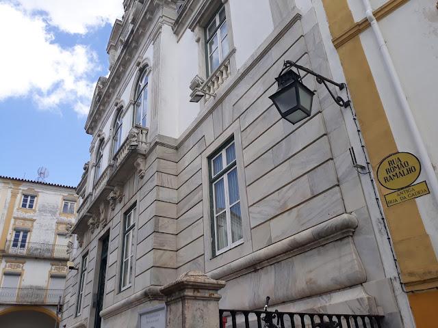 Fotografia do Banco de Portugal em Évora a ver-se a placa da Rua Romão Ramalho (Antiga Rua da Cadeia).