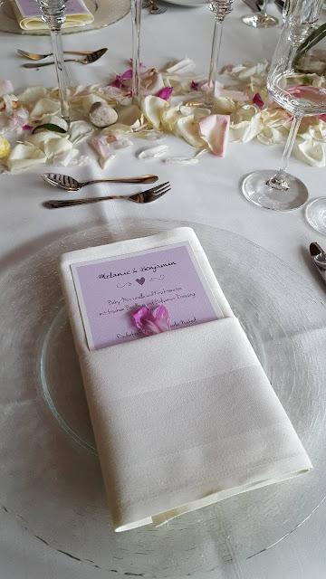 Menükarte Vichy Kartenmacherei kleine Hochzeit im Familienkreis, Trachtenhochzeit in Bayern, Garmisch-Partenkirchen, Riessersee Hotel, lila, rosa, violett, heiraten auf der Zugspitze, Hochzeitsplanerin Uschi Glas
