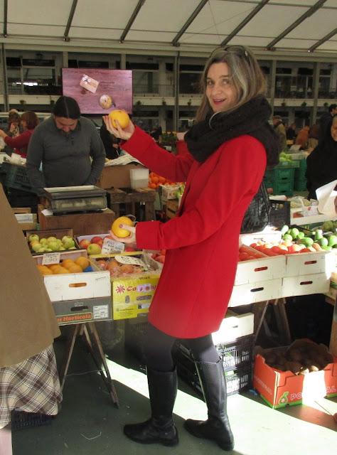 Cláudia Silva Mataloto, a comprar toranjas, no Mercado da Vila, em Cascais