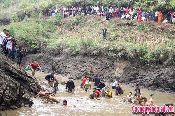 Nhân dân thôn Nặm Đăm tham dự Lễ hội bắt cá