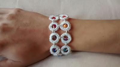 pulsera blanca en crochet con chaquirones