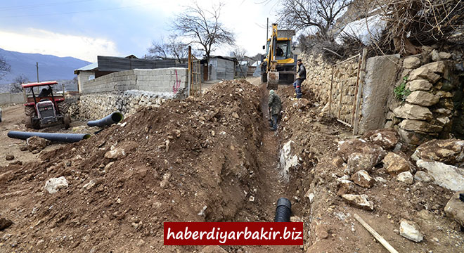 DİSKİ, Lice'nin Oyuklu Mahallesinde kanalizasyon şebekesi döşüyor