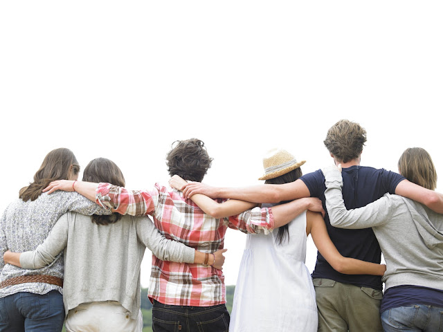grupa-prijatelja-uziva-napolju-grupno-druzenje
