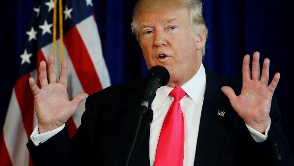 Trump pide filtrar polémicos correos de su rival Clinton