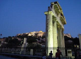 Ágora Romana y Acrópolis de noche.