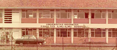 Sejarah Berdirinya ui        Zaman Pendudukan Belanda (1849-1946)   Pemerintah Kolonial Belanda pada tahun 1849 membangun sebuah universitas yang kemudian diberi nama Dokter-Djawa School (School of Medicine for Javanese) pada Januari 1851, sekolah tinggi ini mengkhususkan diri pada ilmu kedokteran. Setelah sempat mengalami perubahan nama di akhir abad 19, tepatnya di tahun 1898, nama Dokter-Djawa School berubah menjadi School tot Opleiding van Indische Artsen (School of Medicine for Indigenous Doctors) atau STOVIA. Selama 75 tahun STOVIA berfungsi sebagai tempat pendidikan terbaik untuk calon dokter di Indonesia sebelum ditutup pada 1927. Namun demikian, sebuah Sekolah Kedokteran kemudian dibangun bersama dengan empat sekolah tinggi lain di beberapa kota di Jawa. Sekolah tinggi tersebut adalah Technische Hoogeschool te Bandoeng (Fakultas Teknik) yang berdiri di Bandung pada 1920, Recht Hoogeschool (Fakultas Hukum) di Batavia pada 1924, Faculteit der Letteren en Wijsbegeerte (Fakultas Sastra dan Kemanusiaan) di Batavia pada 1940, dan setahun kemudian dibangunlah Faculteit van Landbouwweteschap (Fakultas Pertanian) di Bogor.Lima sekolah tinggi tersebut merupakan pilar dalam menciptakan the Nood-universiteit (Universitas Darurat), yang dibangun pada tahun 1946.  Dokter Djawa SchoolZaman Kemerdekaan (1947-1960an)   Nood-universiteit berganti nama menjadi Universiteit van Indonesië pada tahun 1947 dan berpusat di Jakarta.