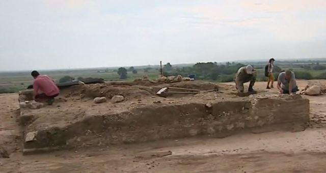 Bulgarian archaeologists excavate large 3rd century Roman burial mound near Plovdiv