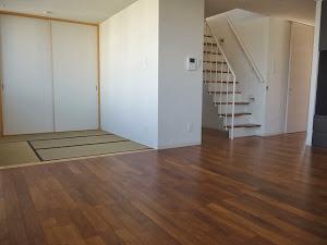 チーク無垢フローリングの施工写真・リビングと和室