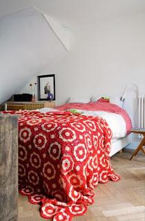 Colcha de crochet vermelha e branca