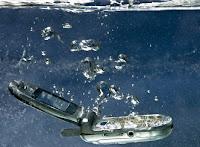 Hasil gambar untuk gambar hp terjatuh ke dalam air