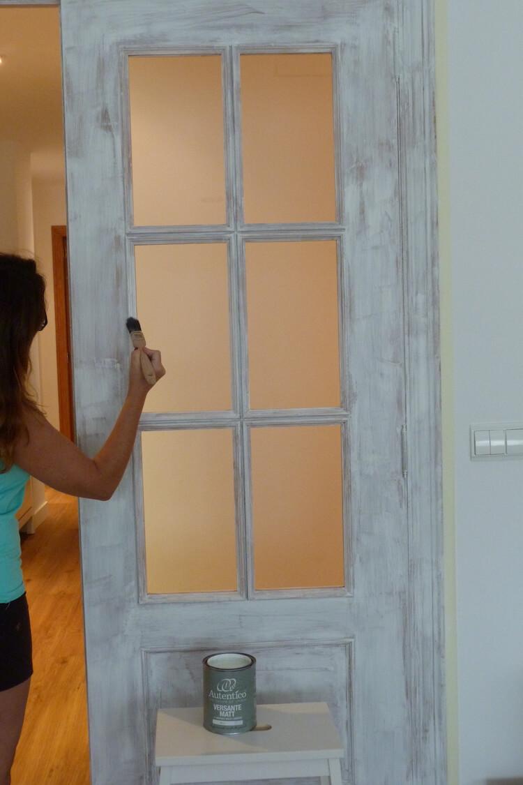 Una pizca de hogar pintar las puertas de tu hogar con for Pintar puertas de madera viejas