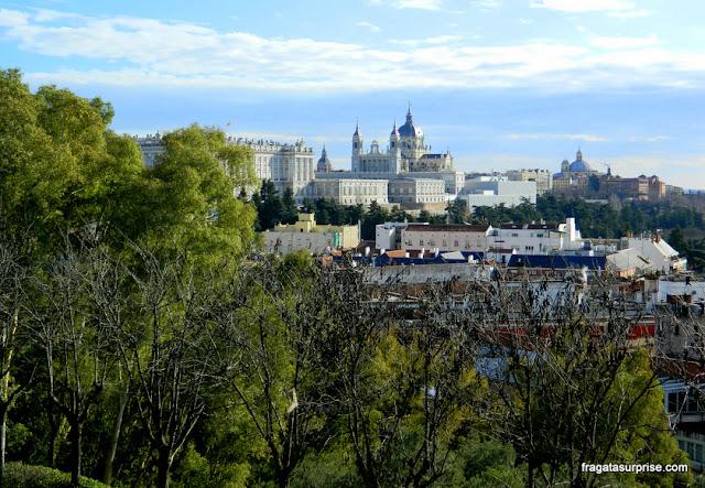 Madri - Palácio Real e Catedral de la Almudena vistos do Parque de la Montaña