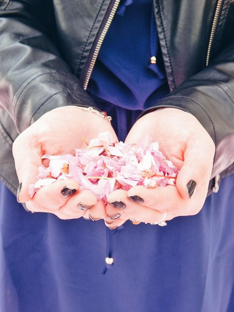 22 melodylaniella gamiss manzana różowe sneakersy króliczki granatowa sukienka skórzana ramoneska pikowana listonoszka szara manzana praga photoshoot sesja zdjęciowa fashion style modnapolka lookbook ootd girls