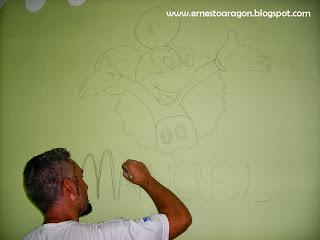Dibujando  a Mickey Mouse, y las letras de Manuel