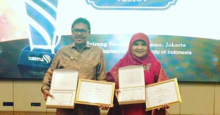 Penyerahan Plakat Penghargaan Dunia World Best Halal Tourism Award untuk Sumatera Barat