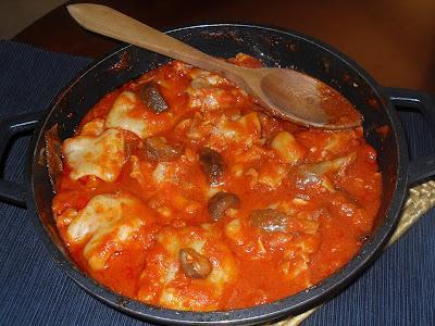 Cazuela con pies de cerdo, sofrito de tomate y setas variadas