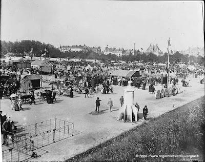 Photo noir et blanc à identifier : foire de Vichy. (?)