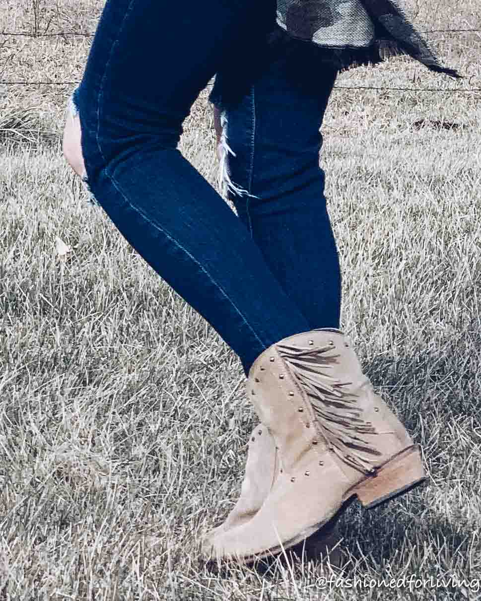 casual cowgirl boots outfit for winter