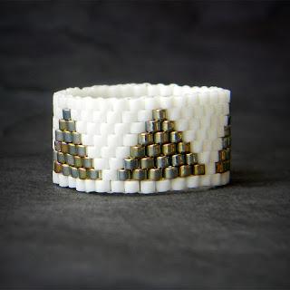 Стильное кольцо из бисера  (с геометрическим узором)