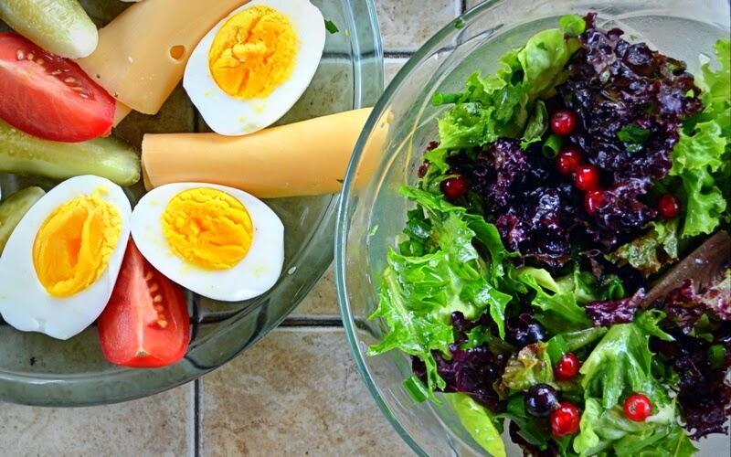 śniadanie, sniadanie w ogrodzie, salata, salatka, grill, weekend, majowka, szaszlyki, blog, zycie od kuchni, altana