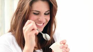 """<img src=""""mujer-comiendo-yogur.jpg"""" alt=""""cachorro de dálmata jugando a traer cosas"""">"""
