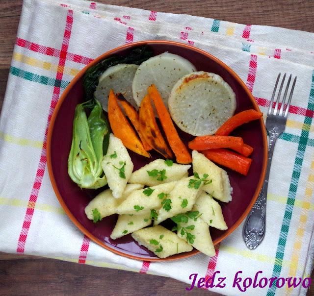 kopytka jaglane z pieczonymi warzywami