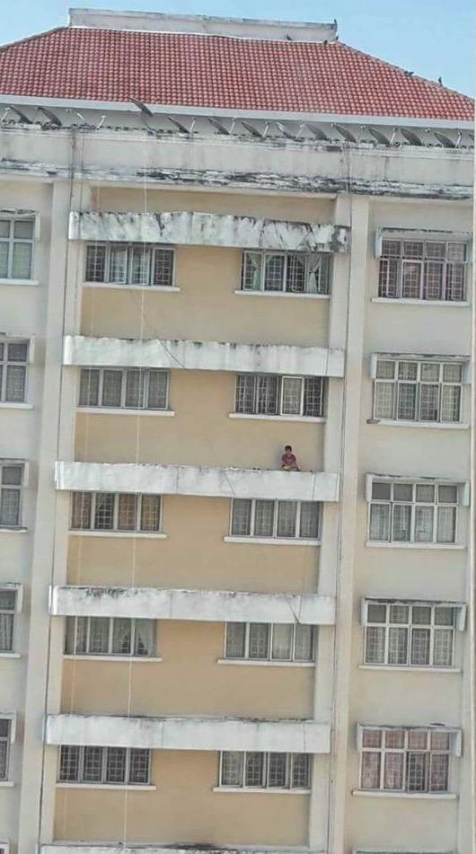 Gara-Gara Pengecas Telefon, Lelaki Terperangkap Di Beranda Rumah Setinggi 13 Tingkat