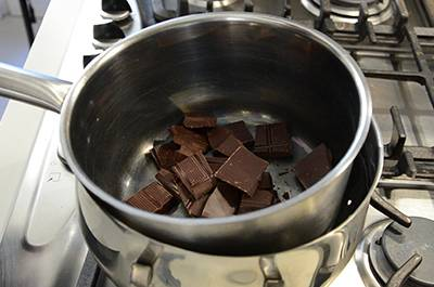 Tagliare il cioccolato in piccoli pezzi e farlo sciogliere a bagnomaria.
