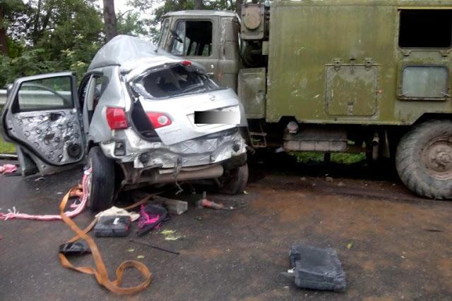 Сталося жахливе зіткнення легковика з вантажівкою військових: є загиблі і поранені