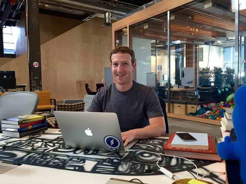 Intip Gaya Unik Meja Kerja 10 Bos Besar Perusahaan Teknologi Ini