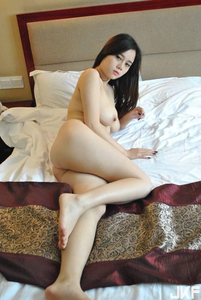 foto bugil cewek cantik china toket gede pose seksi di kamar tidur pamer memek pink jembut lebat