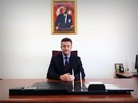 Makamındaki masasında otururan bir müdür resmi