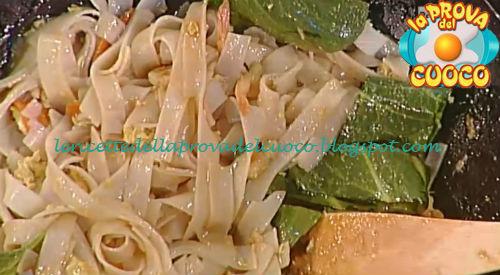 Noodles di riso saltati con salsa di soia e gamberetti ricetta Suvimol da Prova del Cuoco
