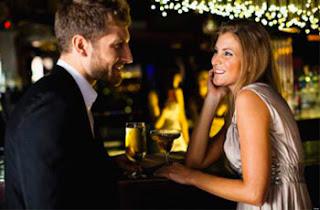 Mujer coqueteando con un hombre en el bar
