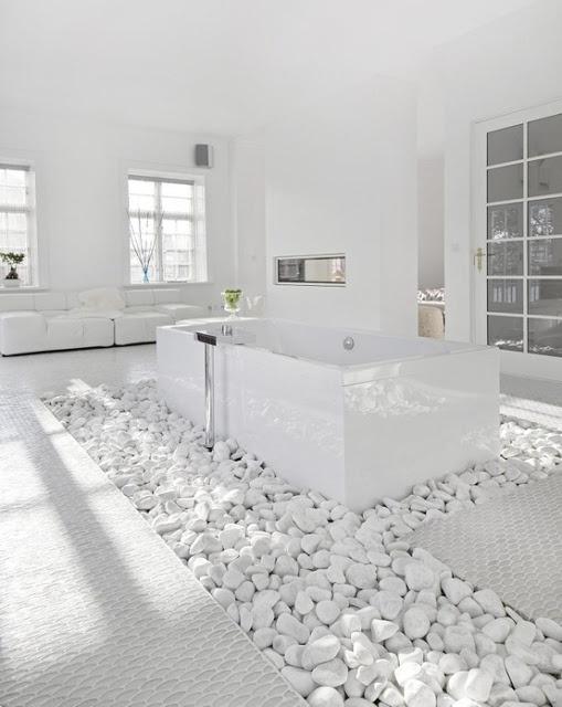 Living in designland inspiraci n ba eras sobre lecho de piedras - Baneras de piedra ...