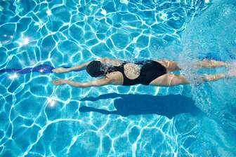 Natación en aguas transparentes