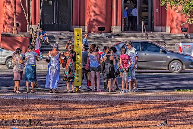 Fila de gente esperando hacer un tur por la ciudad