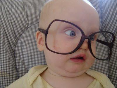foto di un bambino che porta degli occhiali