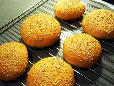 panes enfriando sobre una rejilla